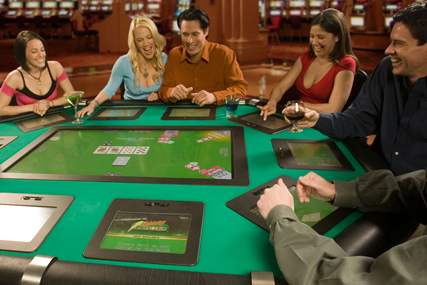 Electronic table for poker without a dealer